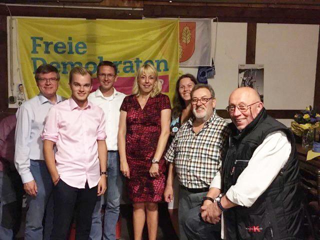 Die Landtagsabgeordnete Susanne Schneider (M) wurde von den FDP-Ratsmitgliedern der FDP Holzwickede und Gästen des Sommerfestes begrüßt. (F