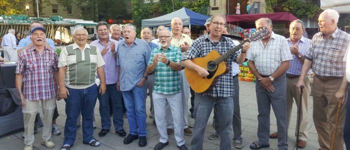 Anschließend entschieden sich die Eintracht-Sänger spontan, den letzten Streetfood Markt des Jahres zu besuchen und dort für das begeisterte Publikum zu singen. (Foto: privat)