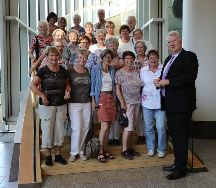 25 aktive Mitglierder TGH Holzwickede besuchten am Mittwoch auf Einladung von Hartmut Ganzke (SPD-MdL, r.) den Landtag in Düsseldorf. (Foto: privat)