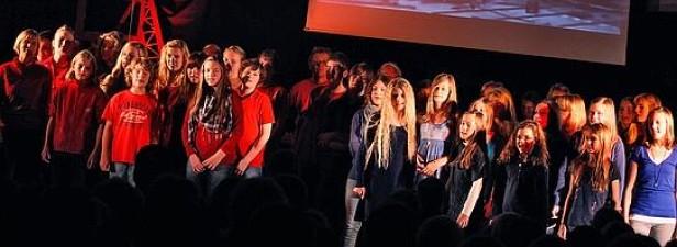 Claras Voices, der VChior des Holzwickeder Clara-SDchumann-.Gymnasiums, hier bei der urauffühung des Musicals Die Enscher. (Foto: Uli Bär) ,