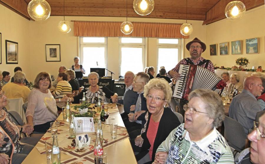 """Hoch schlugen die Stimmungswogen beim beim Herbstfest mit dem Duo """"Erlka und Franz"""". (Foto: privat)"""