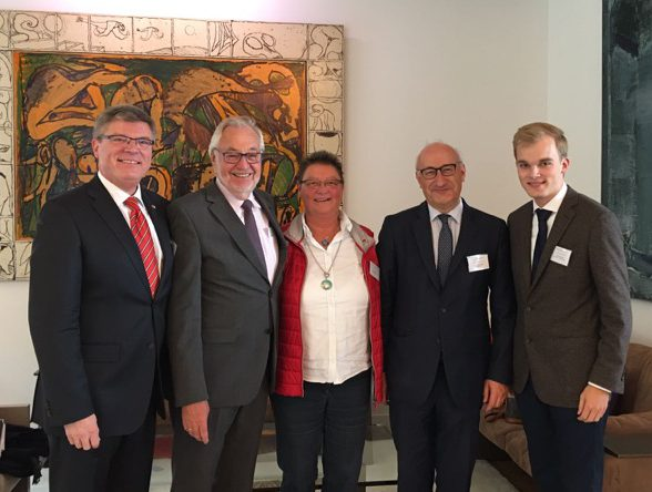 Frankreichs Botschafter Philippe Etienne (2.v.r.) und der scheidende VDFG-Präsident Gereon Fritz (2.v.l.) mit den Vertretern Jochen Hake, Ursula Pardemann und Felix Lennart Hake aus Holzwickede (v.l.n.r.).