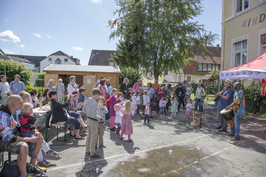 """Die drei Familuienzentren in Holzwickede, hier das AWO-Zentrum """"Sonneblume/Wühlmäuse"""" laden zu einem Fest der Familientren auf den Marktplatz ein. (Foto: P. Gräber)"""