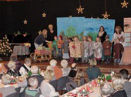 Die vorweihnachtliche Feier für die Senioren, hier 2016 im Forum, wird traditionell von Kindergartenkinder n miotgestaltet. (Foto: Archiv)