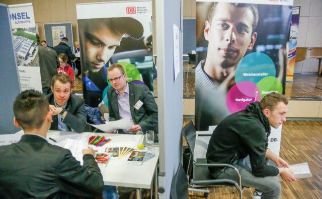 Jugendliche informieren sich beim erfolgreichen Azubi-Speed-Dating im Hellweg Berufskolleg. (Foto: M.Herzberg@dortmund.ihk.de)