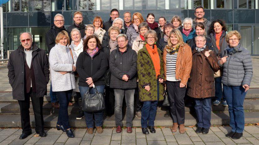 Am Kreishaus Unna trafen sich die ehrenamtlichen Betreuer zur Rundfahrt durch den Kreis. (Foto: Birgit Kalle – Kreis Unna)
