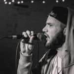 CreaCourage: Rapper AkzentOne als Gast auf der Bühne