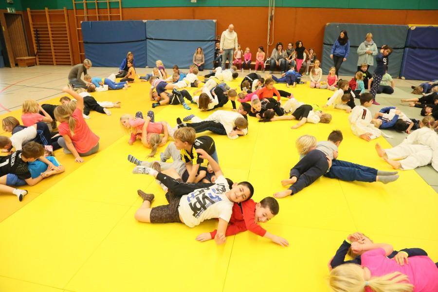 Alle Kinder der Aloysius-, Nord- und Dudenrothschule trafen sich am Donnerstag zum Judotag mit dem JCH in der Hilgenbaumhalle teil. (Foto: P., Gräber)