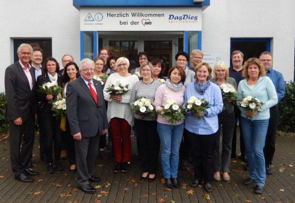 Vorsitzender Wilfried Bartmann (6. v.l.) und Geschäftsführer Rainer Goepfert(1. v.l.) ehrten insgesamt 17 Mitarbeitende für ihre jahrzehntelange Unternehmenszugehörigkeit. (Foto: AWO)