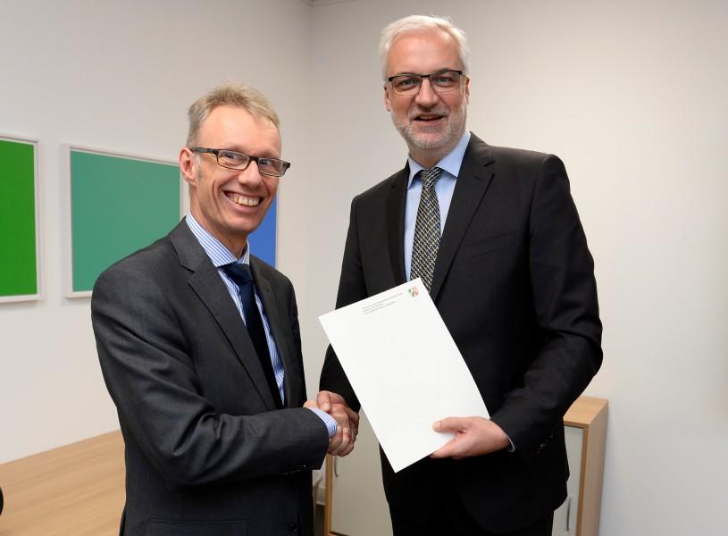 Dr. Michael Dannebom (links) nahm den Förderbescheid gestern in Düsseldorf von NRW-Wirtschaftsminister Garrelt Duin entgegen. (Foto: WFG)