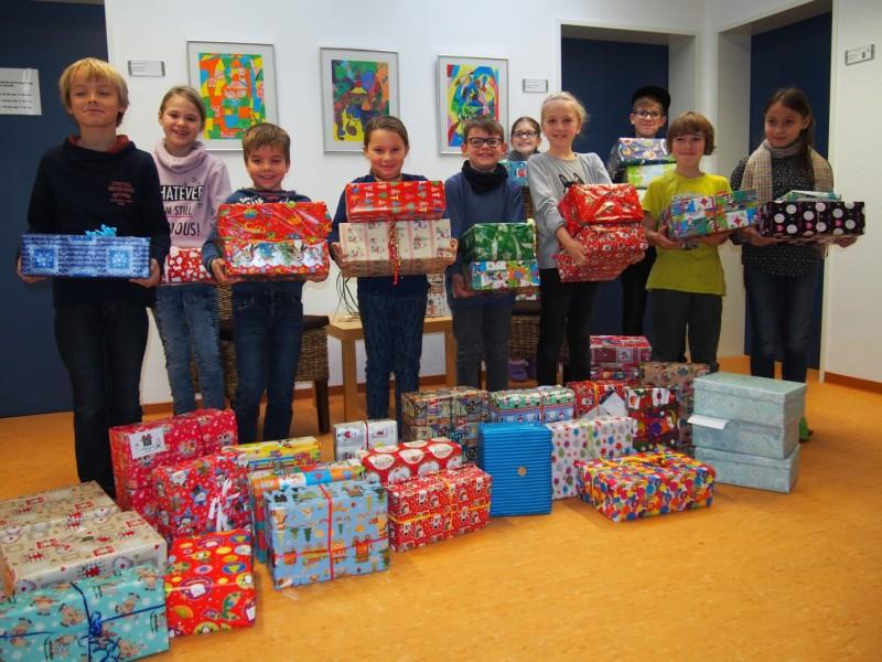 Die Klassensprecher der Klassen mit den Weihnachtspaketen. (Foto: privat)
