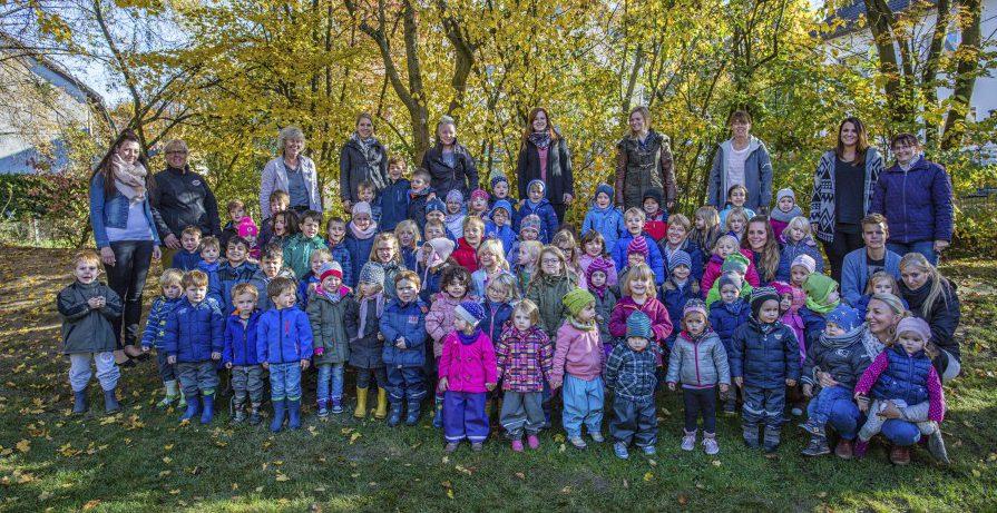 Die Kinder und MitarbeioterInnen des HEV-Kindergartens feiern Geburtstag und freuen sich auf ihrer Geburtstagsparty. (Foto: P. Gräber)