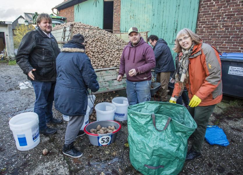 Spendete ein paar Tonnen Kartoffeln an die Lebensmittelretter vom Verein Foodsharing: Landwoirt Achim Redix (3.v.l.) und Mit