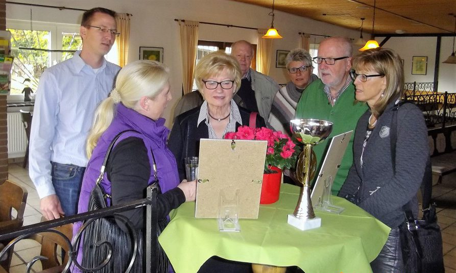 "Von links = Lars Berger FDP, Susanne Werbinsky Grüne, Gisela Ludwig FDP, Viktor Braun SPD, Petra Kittl Ortsvorsteherin, Hermann Volke Kgv. ""Am Oelpfad"", Monika Mölle 1. stellv. Bürgermeisterin. (Foto: K.H. Lauer)"