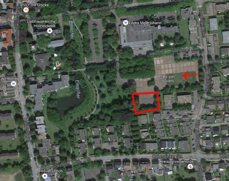 Dieses Luftbild zeigt den Bereich des Festplatzes (rotem markliert), wo der Kindergartenb nach Vorschlag der CDU entstehen soll. Der rote Pfeil zeigt die Richtung, aus der die Verkehrserschließung erfolgen soll. (Grafik: Enscherblog / Luftbild: Googlemaps)