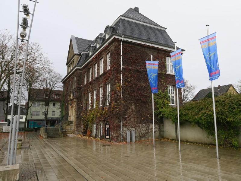 Anlässlich des Internationalen Gedanktages hängen aucvh vo0r dem Rathaus in Holzwickede Flaggen. (Foto: M. Hubrach)