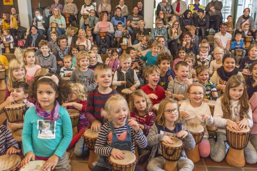 Großen Spaß hatten die Kinder, Eltern Großeltern und Mitarbeiterinnen beim gemeinsamen Trommeln im Forum. (Foto: P. Gräber)