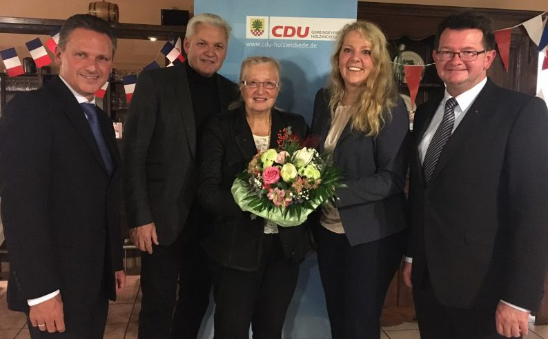 Frank Markowski, CDU-Fraktionsvorsitzender, Hubert Hüppe, Bundestagsabgeordneter, Antje Molitor-Gola, Jubilarin, Bianca Dausend, Landtagskandidatin, Frank Lausmann, CDU-Vorsitzender (v.l.n.r.)