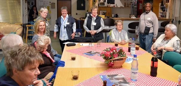 Die Seniorenberaterinnen Brigitte Müller, Ilse Lehning, Karin Petschat und Berater John Okello (im Hintergrund stehend - von links) waren am Mittwochnachmittag zu Gast bei den ASF Frauen in Holzwickede. Unter anderem informierten sie beispielsweise darüber, wie man sich beim Einkaufen richtig verhält, um nicht Opfer von Taschendieben zu werden. (Foto:; privat)