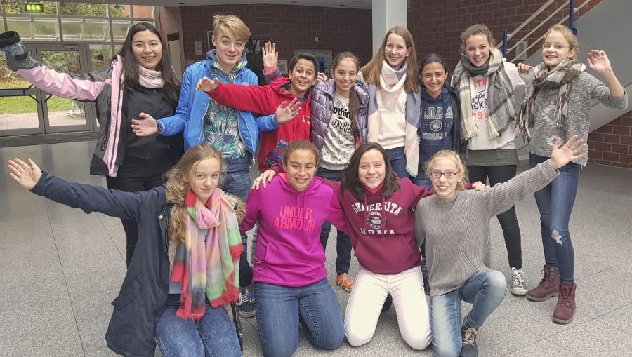 Die sechs Jugendlichen aus Guatemala mit ihren deutschen Gastgeschwistern. (Foto: privat)