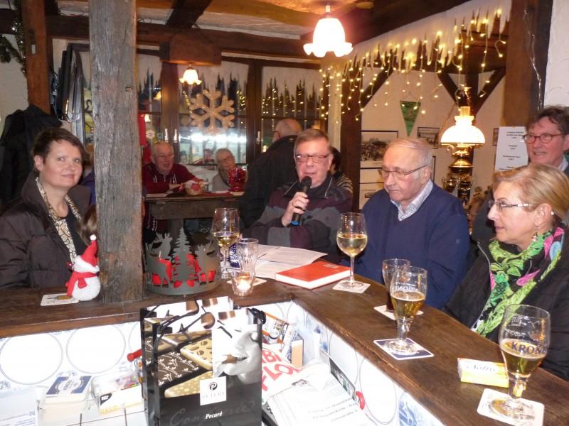 Gerd Kolbe (Mitte) und Jenz Rother werden auch in diesem Jahr wieder Weihnachtsgeschichten beim Adventsfenster des Holzwickeder Sport Clubs im Ballhaus im Montanhydraulik-Stadion vortragen.