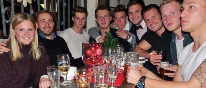 Die 1. Herrenmannschaft des HSC traf sich zur Weihnachtsfeier im Ballhaus. (Foto: privat)