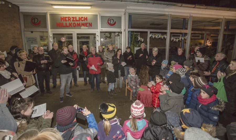 Der Chor Swinging Cäcilia sang zum öffentlichen Adventsfenster in der Dudenrothschule zwei besinnliche Lieder. Drinnen gab's anschließend Kinderpunsch und Glühwein für die Kinder und Eltern. (Foto: P. Gräber - Emscherblog.de)