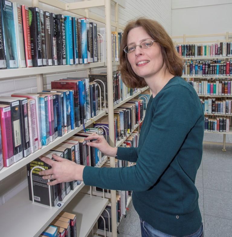 Kristina Truß und ihre Team bieten ab sofot auch Themenpakate für Erwachsene zum Ausleihen in der Bioböliothekl an.(Foto: P. Gräber - Emscherblog)