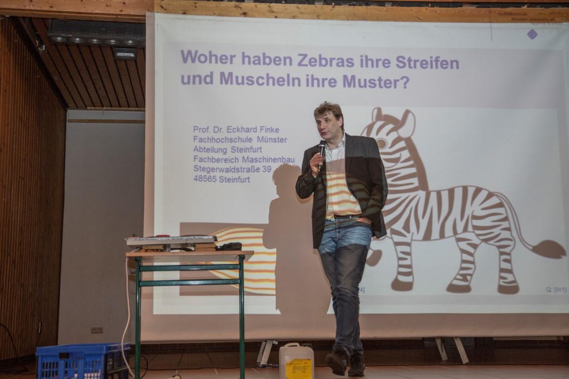 """Prof. Dr. Eckhard Finke bei seiner Vorlesung in der Kinder-Uni zum Thema  """"Woher hat das Zebra seine Streifen und der Leopard seine Punkte?"""