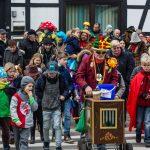 Allerkleinster Karnevalsumzug umrundet Kreisel: Hengsen Helau!