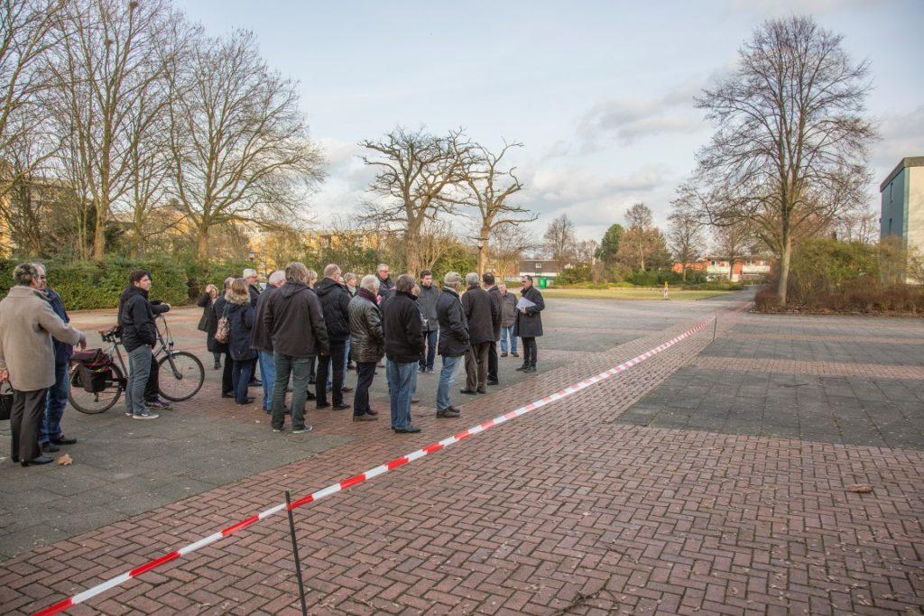 Der Planungs- und Bauausschuss bei einem Ortstermin im Februar 2017: Die Erschließung der Kita im Emscherpark soll in Bolickrichtung über die Hamburger Allee erfolgen. (Foto: P. Gräber - Emscherblog.de)
