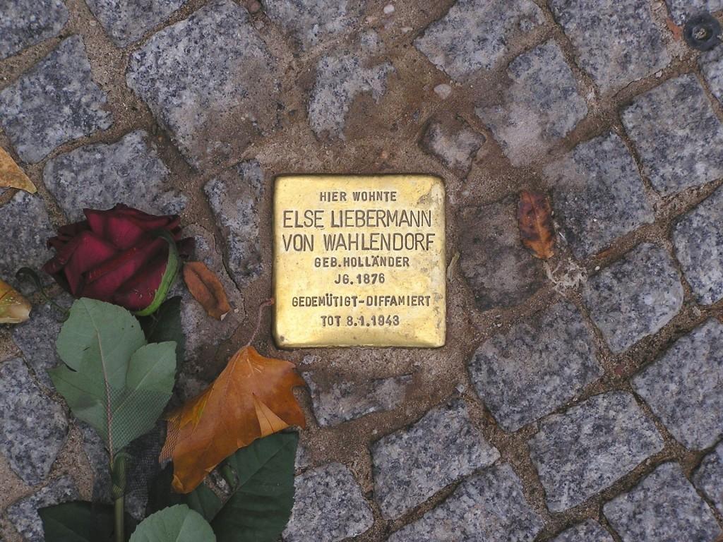 Auch in Holzwickede werden im März fünf dieser Stolpersteine an Opfer der Nazis erinnern: Beispiel für einen verlegten Stolperstein. (Foto: Axel Mauruszat by CC 2.0-de)
