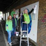 Die Grünen säubern Wandbilder in der Unterführung