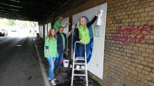Die Grünen reinigen Kunst in der Unterführung