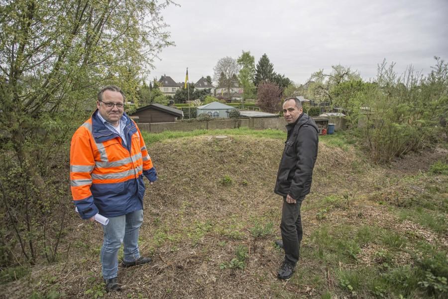 Projektleiter Stefan Bottzeck (l.) und Ilias Abawi, Sprecher der Emschergenossenschaft, am neuen Emscherlauf südlich der Bahnlinie. Die Ursache für das Versickern des Wassers in diesem Bereich hat die Genossenschaft jetzt beseitigt. (Foto: P. Gräber - Emscherblog.de)
