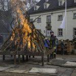Feuerwehr entfacht traditionelles Osterfeuer vor Haus Opherdicke