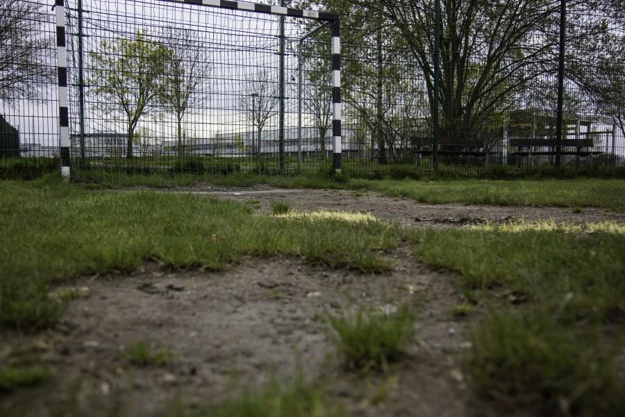 Die beiden Bolzplätze der Gemeinde an der Montanhydraulikstraße (Foto) und an der Haarstrang-Sportanlage sind in einem katastrophalen Zustand. Die Grünen fordern nun, auch über einen Kunstrasen nachzudenken. (Foto: P. Gräber - Emscherblog)