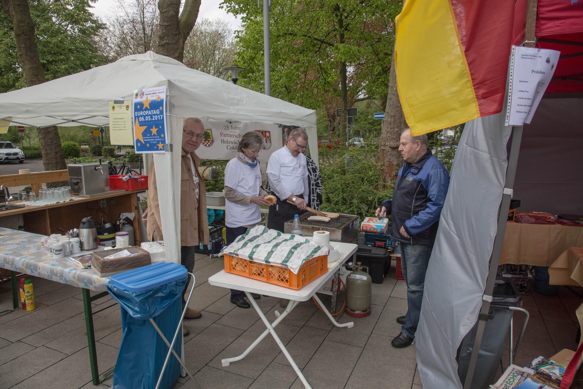 Herzhaftes vom Grill gab es am Stand des Partnerschaftsvereins Holzwickede-Colditz. (Foto: P. Gräber - Emscherblog.de)