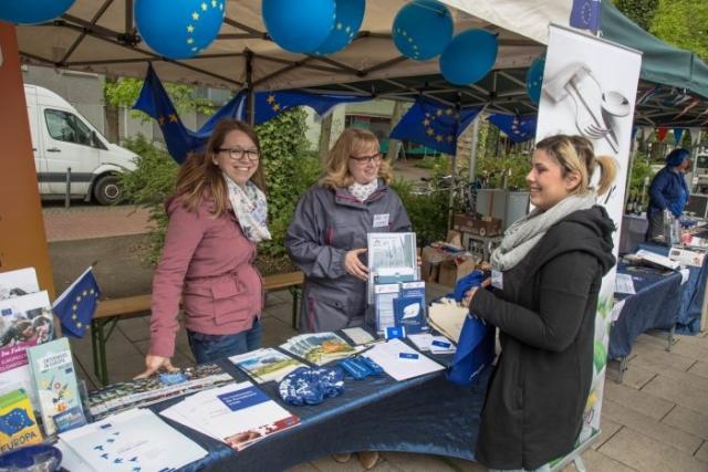 Der Freundeskreis Holzwickede-Louviers informierte ausführlich an seinem Stand über die französische Partnerstadt und die Europapolitik. (Foto: P. Gräber - Emscherblog.de)