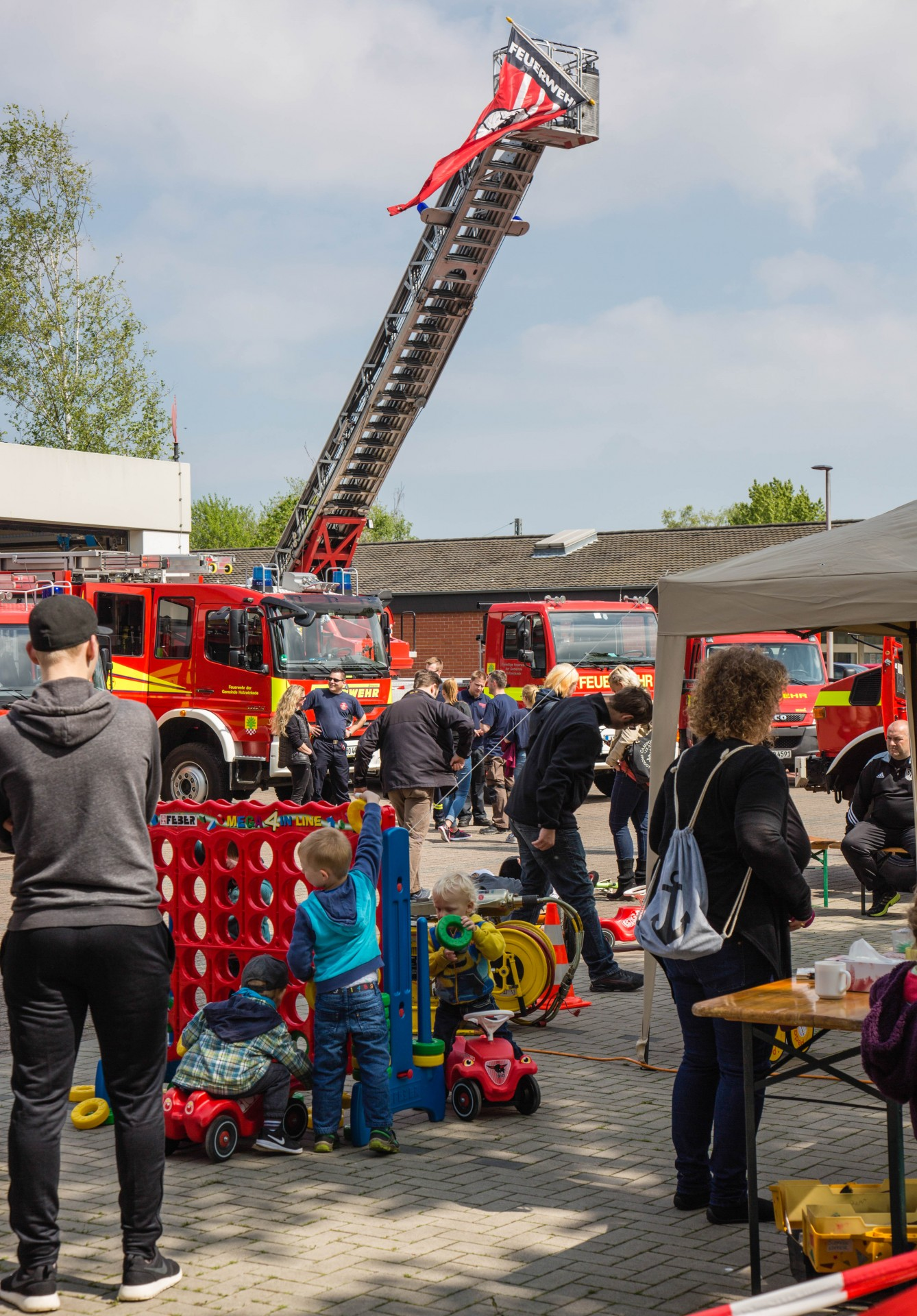 Auf dem Platz vor dem Gerätehaus an der Bahnhofstraße hatte die Feuerwehr ihre Einsatzfahrzeuge, darunter auch die große Drehleiter, zur Besichtigung aufgestellt. (Foto: P. Gräber - Emscherblog.de)