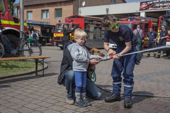 Mit einem Feuerwehrschlauch konnten die Kinder Zielspritzen üben.(Foto: P. Gräber - Emscherblog.de)