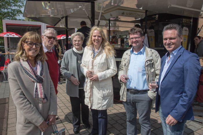 Auch für die Politik bot der Feuerwehrtag eine Gelegenheit zum Plausch: Die CDU-Landtagskandidatin Bianca Dausend (M.) mit Frank Markowski und Frank Lausmann (v.r.). Im Bild links: die stellvertretende Bürgermeisterin Monika Mölle (SPD), dahinter der ehemalige Fachbereichsleiter Volker Risse. (Foto: P. Gräber - Emscherblog.de)