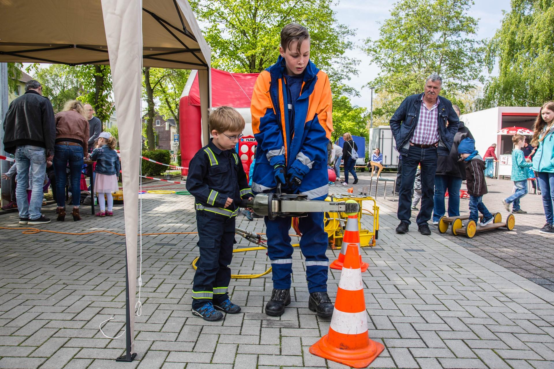 Am Spreizer, einem Bergungsinstrument der Feuerwehr, mussten die Kinder neben Geschicklichkeit auch Feingefühl beim Umsetzen eines Tennisballes beweisen. (Foto: P. Gräber - Emscherblog.de)