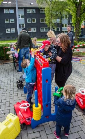 Auch die kleineren Kinder hatten ihren Spaß. Für sie hatte der Ortsjugendring sein Spielmobil bereitgestellt. (Foto: P. Gräber - Emscherblog.de)