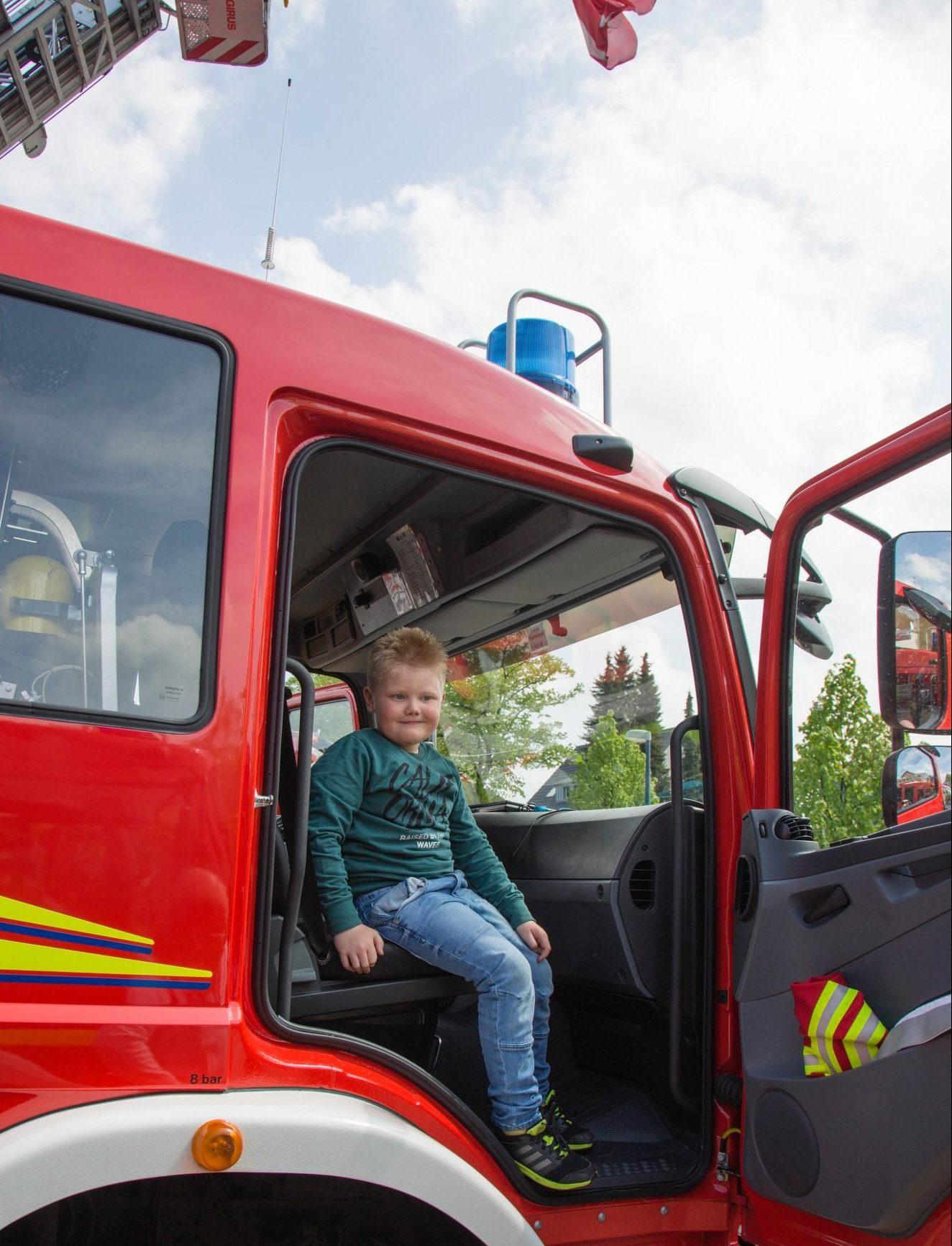 Da werden Kinderträume wahr: Die Kinder durften die die Feuerwehrautos klettern und die Fahrzeuge auch von Innen untersuchen. (Foto: P. Gräber - Emscherblog.de)