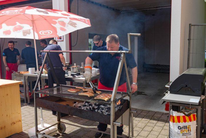 Marco Schäfer und seine Kameraden sorgten am Grill für das leibliche Wohl der großen und kleinen Besucher. (Foto: P. Gräber - Emscherblog.de)