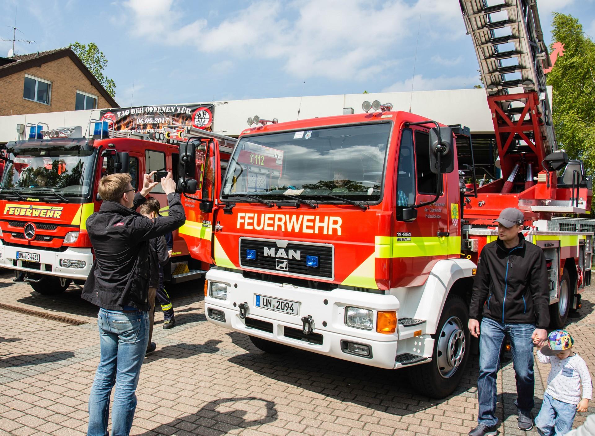 Der Nachwuchs im Feuerwehrauto: Erinnerungsfotos fürs Familienalbum wurden reihenweise geschossen beim Tag der offenen Tür des Löschzuges Mitte. (Foto: P. Gräber - Emscherblog.de)