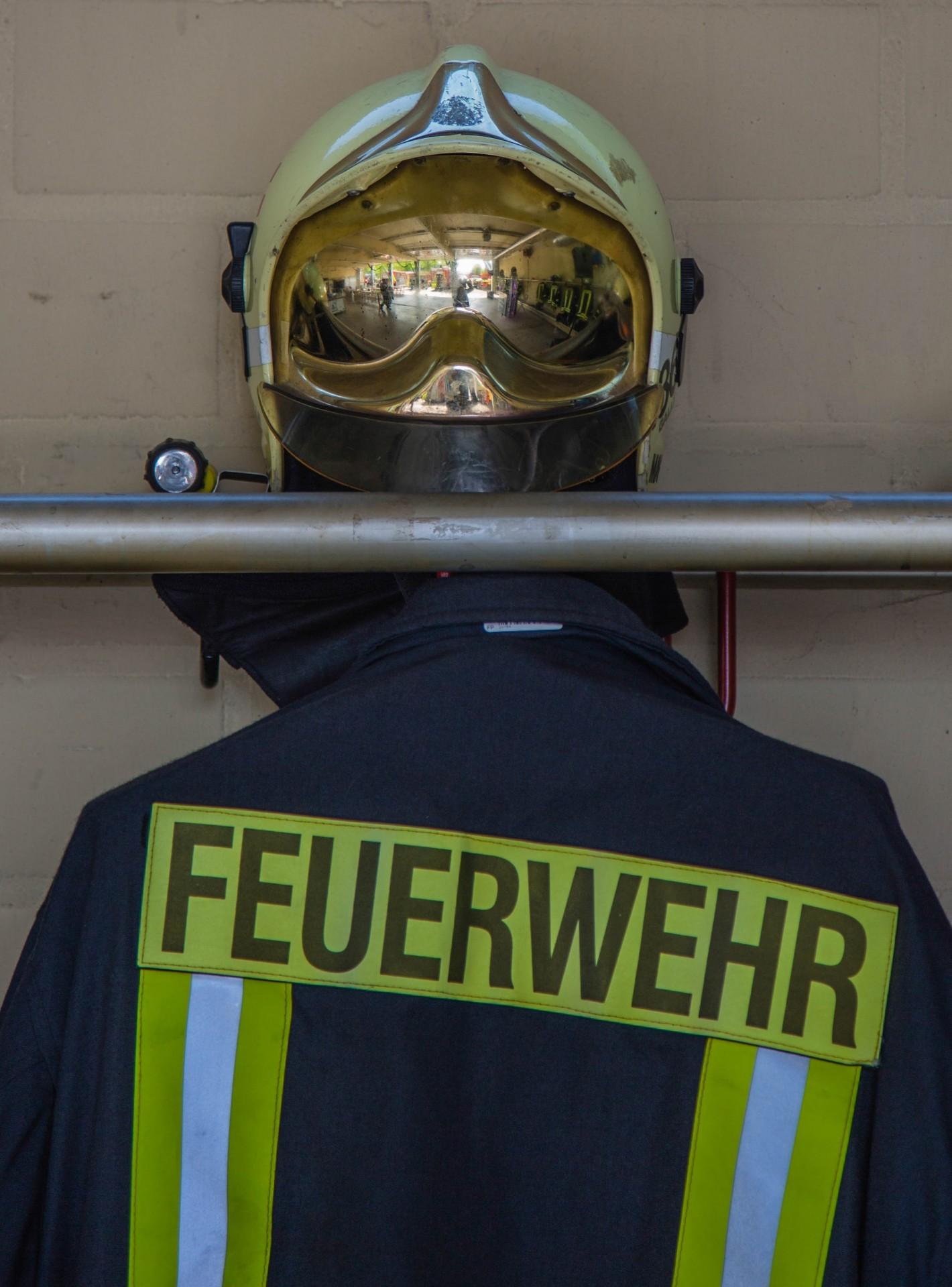 Im Feuerwehrgerätehaus an der Bahnhofstraße konnten die Besucher auch die Ausrüstung des Löschzuges besichtigen: Blaurock mit Feuerwehrhelm. (Foto: P. Gräber - Emscherblog.de)
