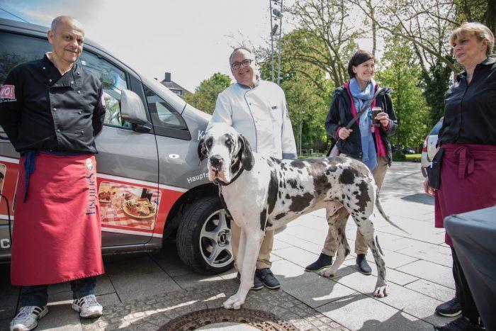 Deutsch oder dänisch - auf jeden Fall europäisch: Vivo-Chef Jens Reckermann mit seinem Schoßhündchen.(Foto: P. Gräber - Emscherblog.de)
