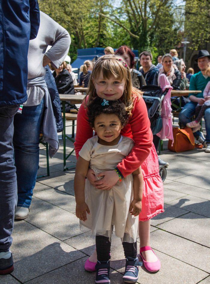 Europas Zukunft: Lena aus der Klasse 2b der Dudenrothschule hatte für ihren großen Auftritt auch die kleine Schwester mitgebracht. (Foto: P. Gräber - Emscherblog.de)